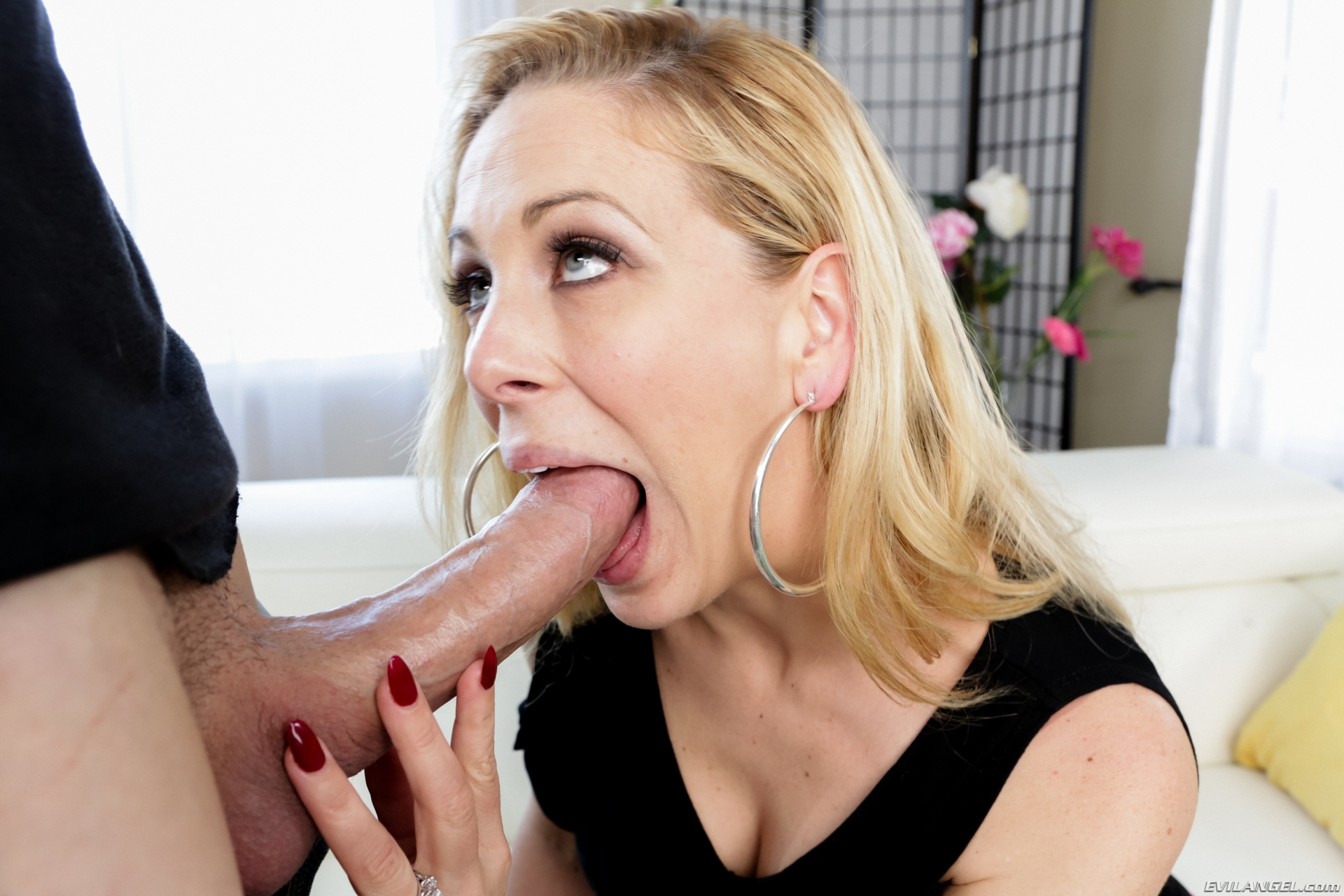 Milf sucking and fucking blonde